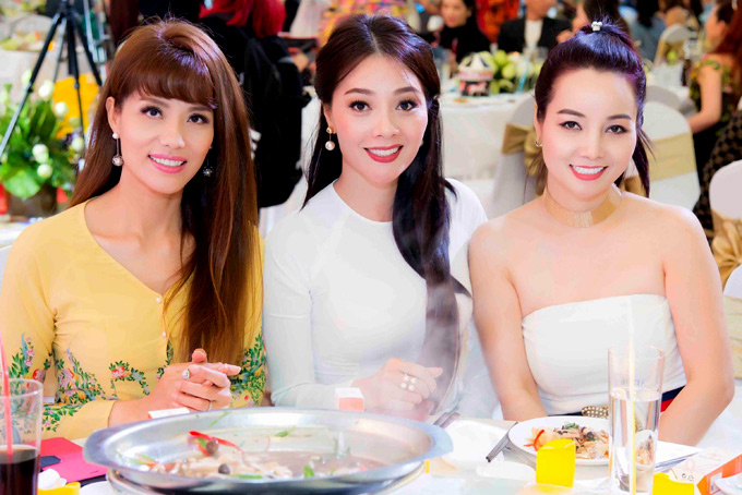 Hoa hậu Quý bà Việt Nam 2009 Hoàng Thị Yến (giữa) và diễn viên Mai Thu Huyền vui vẻ hội ngộ Á khôi Băng Châu trong đêm tiệc kỷ niệm một năm thành lập quỹ Open Arms.
