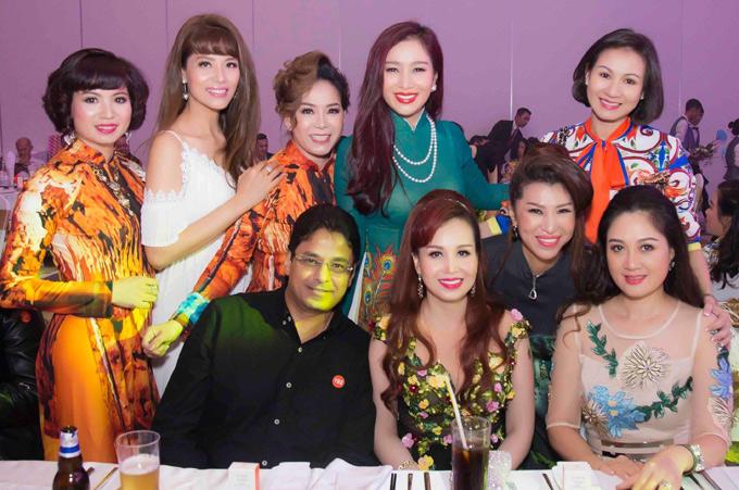 Cựu người mẫu Tăng Huệ Văn (đứng ngoài cùng bên phải) đã lâu mới tái xuất. Cô rất vui khi có dịp gặp lại bạn bè thế hệ 7X, từng hoạt động chung sàn diễn một thời như Thu Hương, Băng Châu, Đàm Lưu Ly...