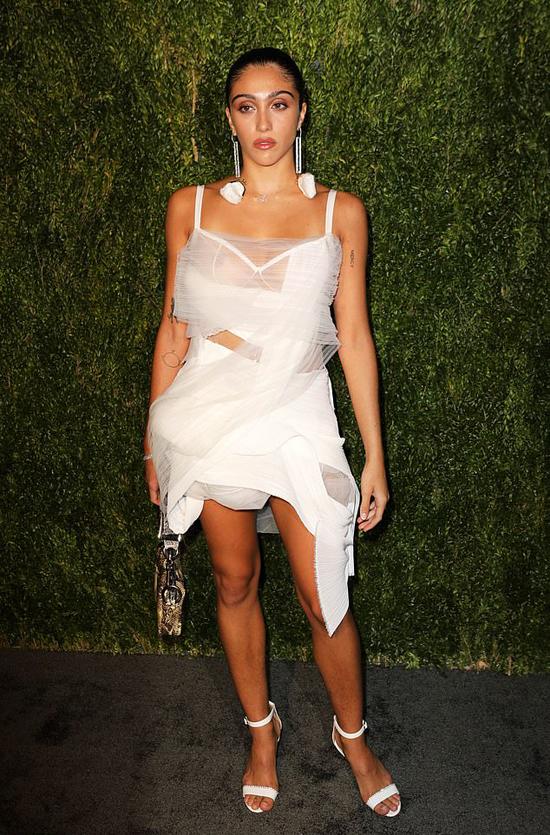 Lourdes Leon tham dự sự kiện CFDA/Vogue Fashion Fund Awards 2018 - gala trao giải cho những nhà thiết kế thời trang tiềm năng của Mỹ. Người đẹp 22 tuổi diện bộ đầm voan sexy, bỏ ngỏ một bên ngực.