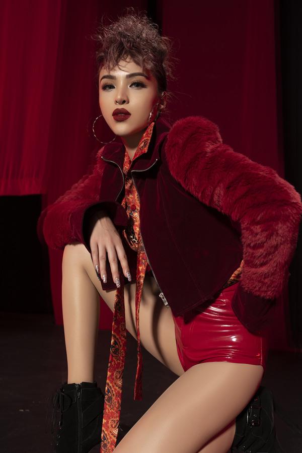 Cô theo đuổi dòng nhạc trap/rap và xây dựng hình tượng một nữ ca sĩ gợi cảm, không ngại thay đổi để làm mới mình trong mắt khán giả.