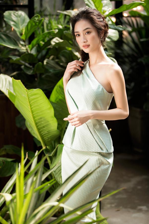 Jun Vũ diện đầm khoe vòng một nóng bỏng