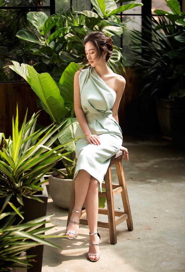 Jun Vũ diện đầm khoe vòng một nóng bỏng - 1
