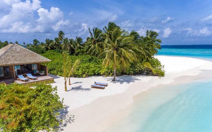Hạng phòng có giá thấp nhất là Beach Villa nằm trên bãi biển, tuy nhiên khoảng cách rất gần. Bạn có thể tận hưởng cảm giác một mình một cõi mà không lo bị ai làm phiền đến thời gian nghỉ dưỡng riêng tư của mình.