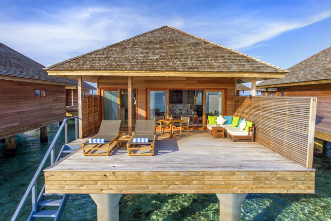 Đối với hạng Ocean Villa thì căn nàocũng có một cầu thang dẫn thẳng xuống biển. Vào mùa thấp điểm, căn phòng thấp nhất ở khu này chỉ từ 700 USD (khoảng 16 triệu đồng một đêm).