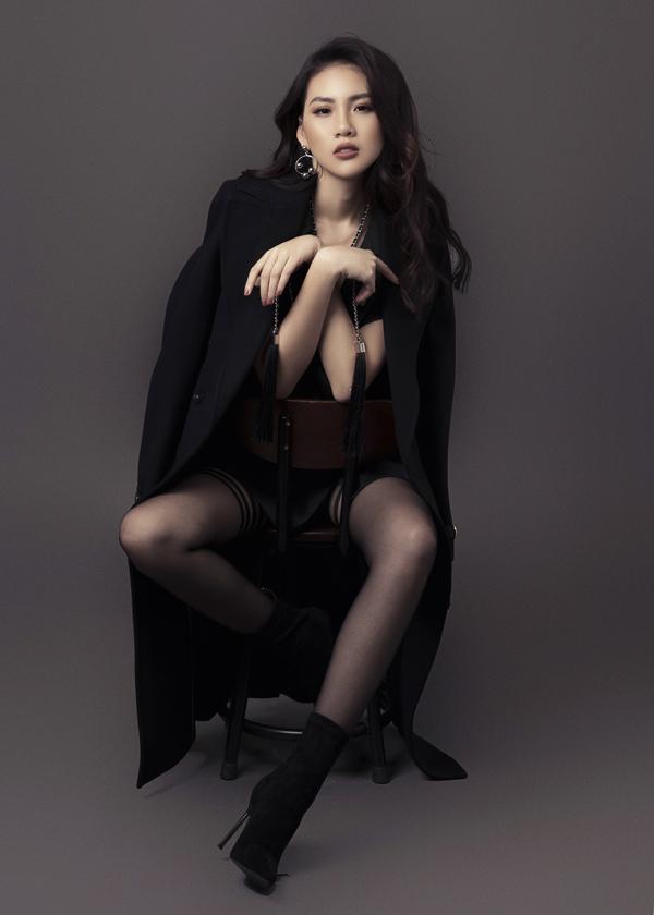 Bên cạnh các mẫu áo choàng, vest, suit đúng khuynh hướng thu đông 2018, các bạn gái có thể chọn thêm phụ kiện hot trend để khiến hình sang chảnh hơn khi tham gia tiệc tùng.