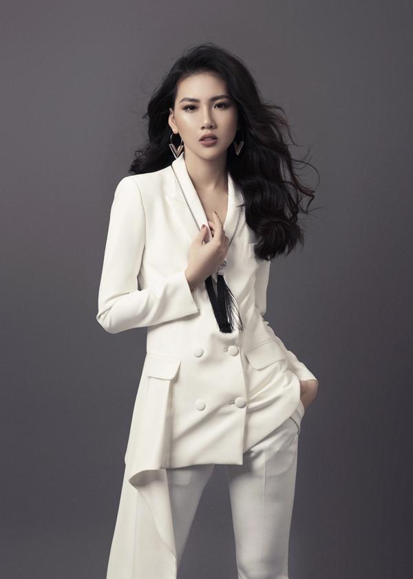 Bộ ảnh được thực hiện với sự hỗ trợ của nhiếp ảnh Rin Trần, stylist Đinh Thành Long, trang điểm Thanh Phong.