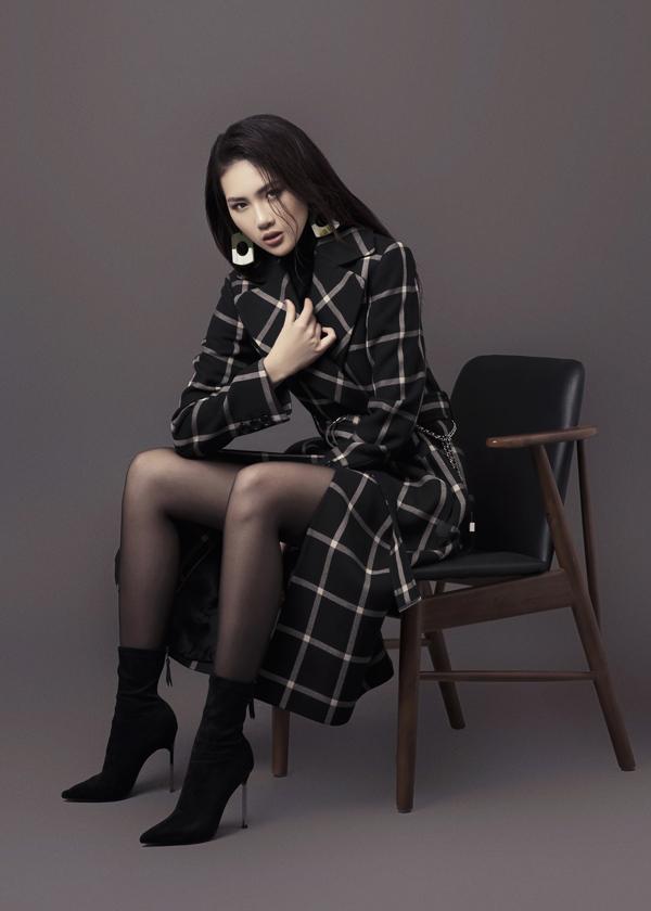 Trong bộ ảnh thời trang vừa thực hiện, Quỳnh Hoa thể hiện vẻ đẹp của một người phụ nữ hiện đại và sành điệu.