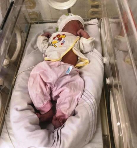 Bé gái bị bỏ rơi trong túi bóng trên ghế đáhôm 6/11 hiệnđược chăm sóc tại Bệnh viện Đa khoa khu vực Cẩm Phả, Quảng Ninh. Ảnh: B.M.