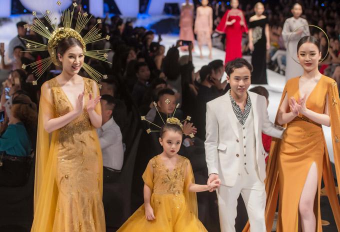 Phí Thùy Linh cùng bé Thủy Tiên, NTK Den Nguyễn và chân dài Hoàng Hải Thu ra chào khán giả ở màn kết của show diễn.