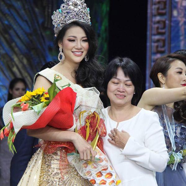 Mẹ Phương Khánh xúc động khi chứng kiến khoảnh khắc con gái trở thành Hoa hậu Trái đất 2018 vào tối 3/11. Nhiều năm qua bà sống ở Pháp nên không có thời gian gần gũi con gái.