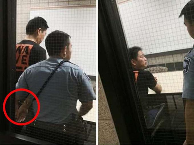 Lưu Cường Đông (áo đen) được đưa về trụ sở cảnh sát thành phố Minneapolis trong đêm 31/8, sau khi bị một nữ sinh Đại học Minnesota tố hiếp dâm. Ảnh: Sina.