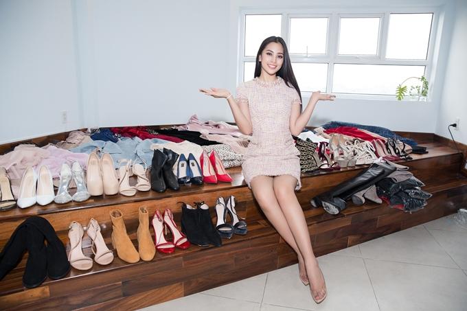 Ngày 9/11, Hoa hậu Trần Tiểu Vy sẽ lên đường dự thi Miss World 2018 tại Trung Quốc. Hiện cô tất bật chuẩn bị các giai đoạn cuối, trong đó có lựa chọn trang phụcvà sắp xếp hành lý.