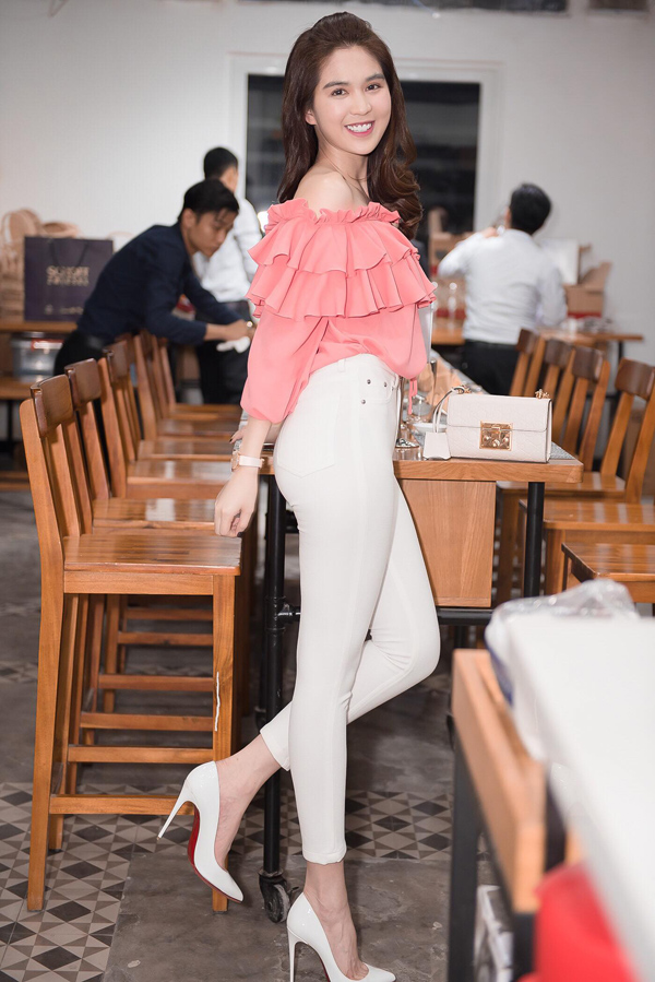 Ngọc Trinh năng động, gợi cảm với áo bèo nhún gam hồng, quần jean bó sát, tôn vòng ba.
