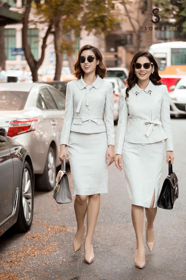 Trong loạt ảnh quảng bá cho bộ sưu tập mới The Twinscủa Sohee, Hoa hậu Việt Nam 2016 diện trang phục thu đông ton sur ton với người chị thân thiết. Cả hai có cách phối màu sắc và phụ kiện đồng điệu khi dạo phố Hà Nội trong thời tiết se lạnh cuối thu. Cách trang điểm nhẹ nhàng cùng gu thời trang sành điệu giúp cả hai toát lên vẻ sang trọngcủa những quý cô thành thị.