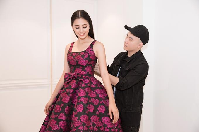 Nhà thiết kế Đỗ Mạnh Cường gợi ý những kiểu váy xòe nữ tính, thêu hoa văn cầu kỳ giúp Tiểu Vy tỏa sáng bên cạnh các thí sinh nước bạn.