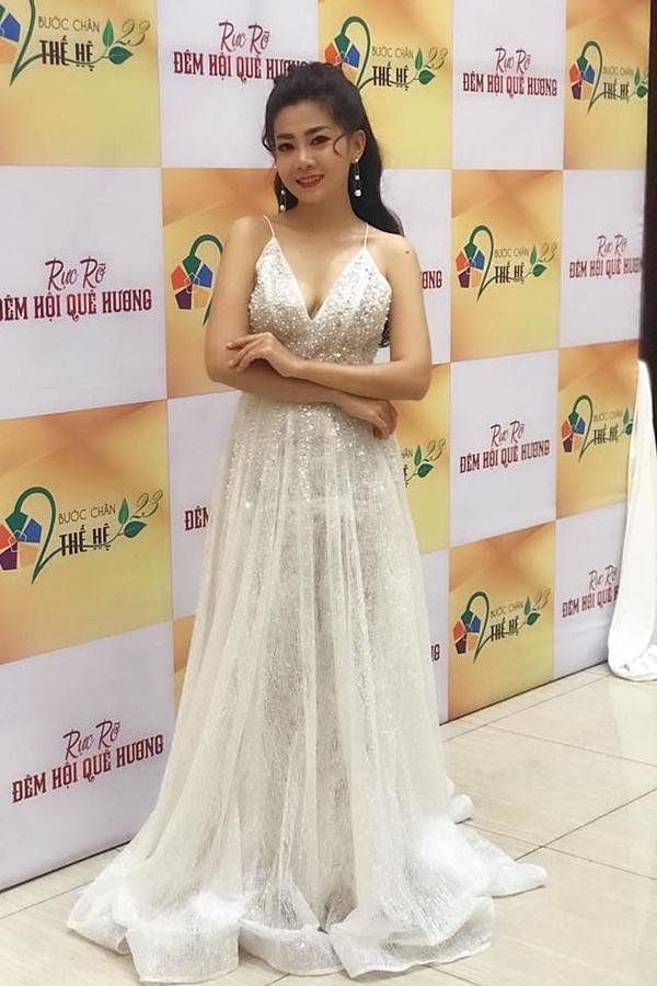 Tối 7/11, diễn viên Mai Phương lần đầu trở lại công việc khi tham gia buổi ghi hình số đặc biệt Xuân 2019 của chương trình Bước chân hai thế hệ. Nữ diễn viên diện trang phục dạ hội lộng lẫy, khoe thần thái tươi tắn dù vẫn đang trong quá trình điều trị ung thư phổi.