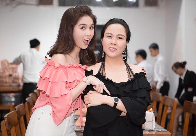 Doanh nhân Phượng Chanel - bạn gái của diễn viên Quách Ngọc Ngoan đi cùng Ngọc Trinh. Nữ hoàng nội y nhận ra người chị thân thiết cũng đeo đồng hồ hàng hiệu đắt đỏ, không chịu kém cạnh cô về độ sành điệu.