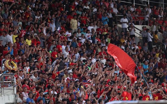 Bàn thắng làm nức lòng người hâm mộ Việt Nam trên khán đài, những người đang chờ đợi một bàn thắng nửa, sau khi Việt Nam đã dẫn 2 bàn từ cuối hiệp một. Những phút còn lại, Việt Nam có thêm một số cơ hội nhưng không có thêm bàn thắng. 3-0 là kết quả tốt cho Việt Nam trong ngày ra quân AFF Cup 2018. Ảnh: Đức Đồng.
