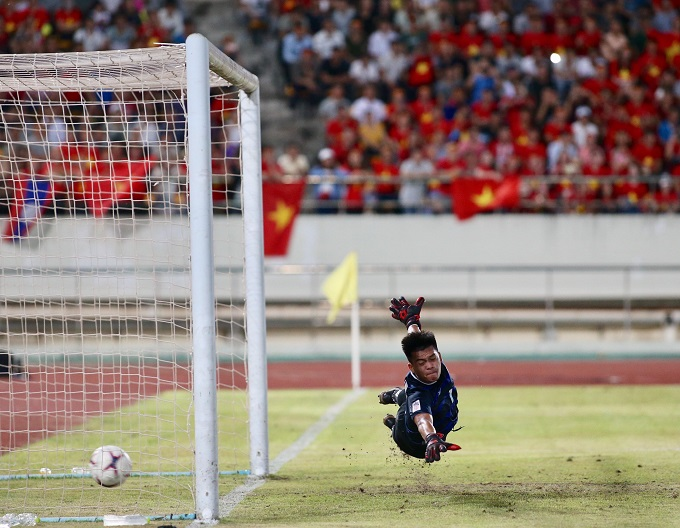 Quang Hải vẽ một đường cong tuyệt đẹp đưa bóng vào góc dưới khung thành khiến thủ môn Lào, người đã chơi rất tốt trước đó, chỉ có thể bay người trong vô vọng. Ảnh: Lâm Thỏa.