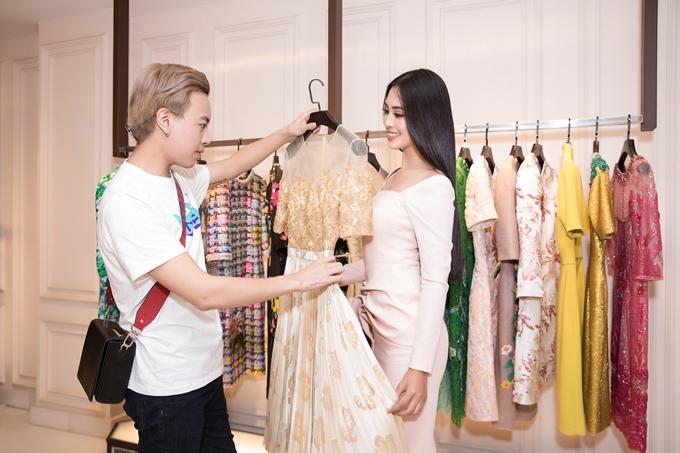 Stylist Mạch Huy (phải) đảm nhận phụ trách thời trang cho Tiểu Vy tại Miss World 2018. Anh muốn xây dựng hình ảnh một Hoa hậu chạm ngõ thời trang, ăn mặc tinh tế, nhưng trẻ trung đúng tuổi 18.