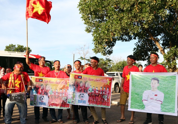 Fan Việt đến sân Lào cổ vũ thầy trò HLV Park Hang-seo