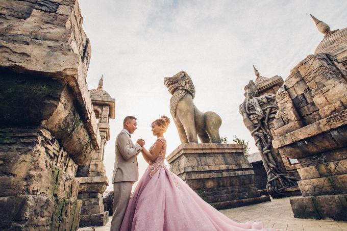 Ngay ở lối dẫn vào công viên Rồng, du khách có cơ hội chiêm ngưỡng nhiều công trình kiến trúc mô phỏng các biểu tượng quen thuộc của các quốc gia trên thế giới.