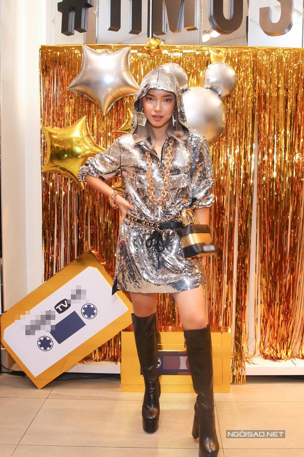 Châu Bùi khoe nét cá tính cùng váy trùm đầu thiết kế trên chất liệu sequins ánh bạc lấp lánh. Phụ kiện đi kèm là bốt da đế khủng giúp cô cải thiện chiều cao đáng kể.