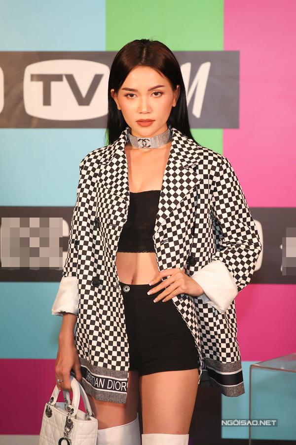 Midu mặc xì-tin bên dàn fashionista - 1