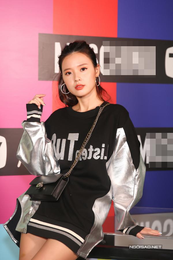 Midu mặc xì-tin bên dàn fashionista