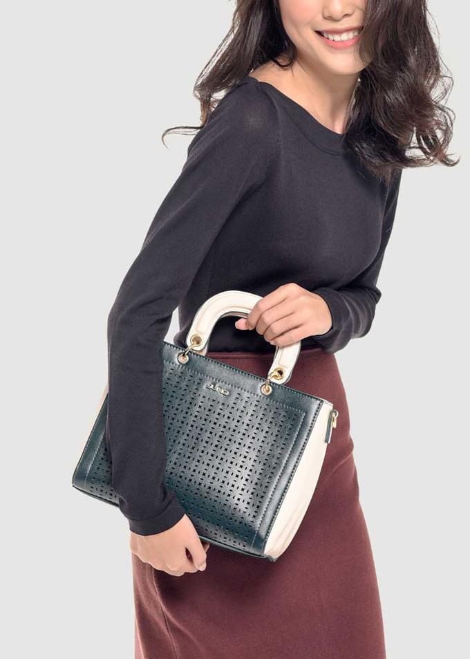 Nhiều nàng chọn túi xách theo tiêu chí dễ phối đồ, dùng được nhiều lần nhưng cũng có người ưu tiên kiểu dáng đẹp và lạ mắt.