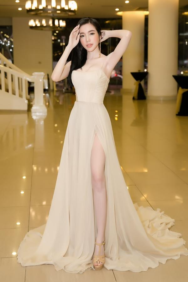 Elly Trần tự hào nhất với xương quai xanh