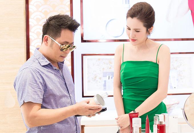 Bằng Kiều nhờ Phương Lê chọn mỹ phẩm để anh mua tặng bạn gái và những cô bạn thân. Dịp 20/10 vừa qua vì bận rộn nên Bằng Kiều chưa kịp mua quà tặng những người phụ nữ anh yêu mến.