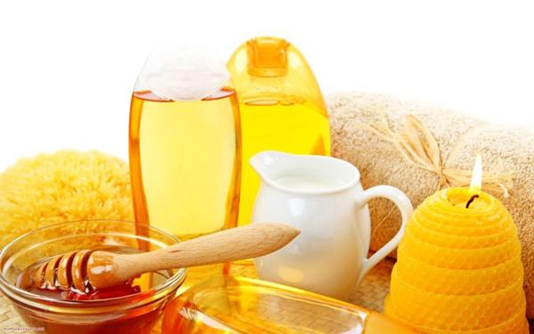 Mật ong có nhiều tác dụng trong làm đẹp như dưỡng ẩm môi, dưỡng tóc, chăm sóc làn da...