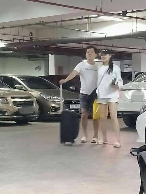 Vợ chồng Nhã Phương - Trường Giang bị fan bắt gặp xuất hiện cùng nhau tại một hầm gửi xe. Cả hai khá tình cảm đi cùng nhau và ăn vận đơn giản, đi đôi dép tổ ong huyền thoại.