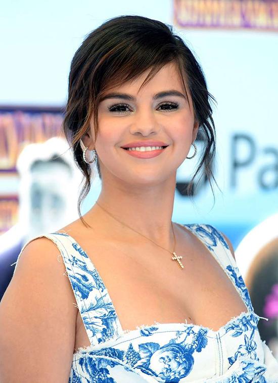 Selena Gomez trong buổi họp báo phim vào hè năm nay, trước khi bị suy sụp tinh thần vì bệnh tật.