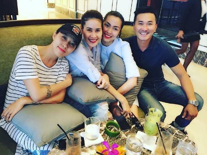 Tăng Thanh Hà rạng rỡ khi pose hình cùng hội bạn thân.