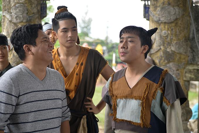 Đạo diễn Đức Thịnh (trái) chỉ đạo diễn xuất cho Trấn Thành và Quốc Anh (giữa).