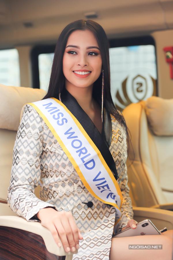 Chiều 9/11, Hoa hậu Trần Tiểu Vy lên đường sang đảo Hải Nam, Trung Quốc dự thi Miss World 2018. Người đẹp xuất hiện ở sân bay với bộ vest sành điệu, mái tóc duỗi thẳng cùng dải băng danh hiệu.