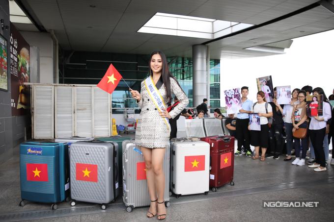 Tiểu Vy mang tổng cộng 9 hành lý, nặng 150 kg với nhiều trang phục đến từ các nhà thiết kế hàng đầu: Công Trí, Đỗ Mạnh Cường, Phạm Đăng Anh Thư...
