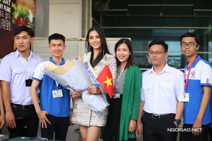 Đại diện trường Đại học Sư phạm Kỹ thuật TP HCM - nơi Tiểu Vy theo học - cũng ra sân bay tiễn người đẹp.