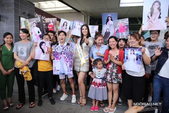 Nhiều khán giả ra sân bay từ sớm chờ đợi và cổ vũ tinh thần cho đại diện Việt Nam.
