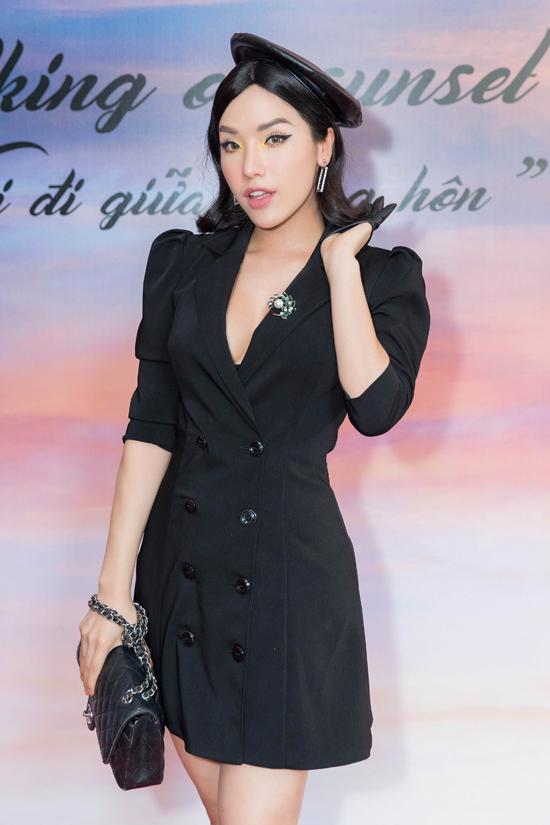 Người đẹp Khánh Phương ăn mặc nổi bật với mốt blazer dress.