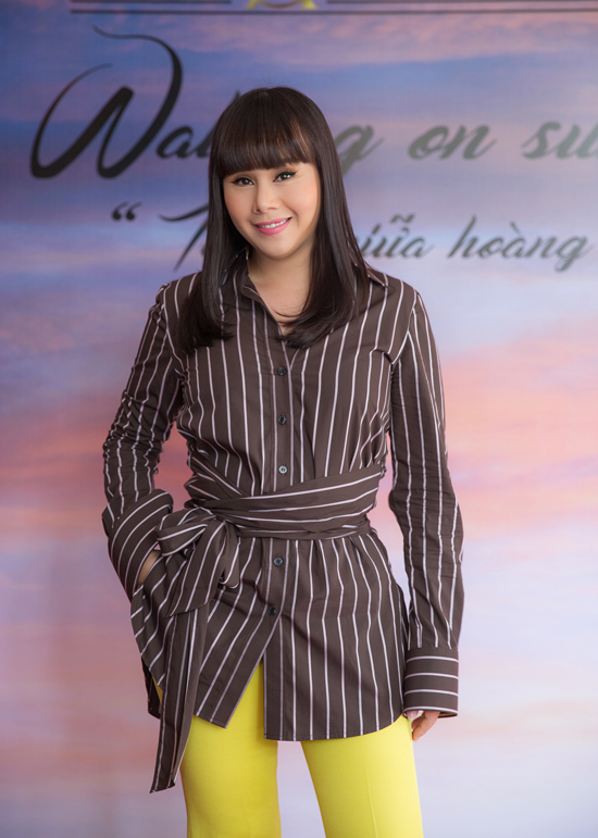 Tại buổi họp báo, nhà thiết kế Hằng Nguyễntiết lộ, danh ca Tuấn Ngọclà người sẽ thể hiện ca khúc chủ đề Tôi đi giữa hoàng hôn. Chương trình dự kiến sẽ được tổ chức tại Đà Lạt vào đầu tháng 12.