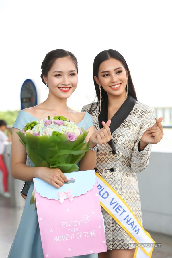 Khánh Linh (trái) - thí sinh Hoa hậu Việt Nam 2018 - chuẩn bị hoa và quà gửi tặng Tiểu Vy. Cả hai vẫn giữ mối quan hệ chị em thân thiết sau cuộc thi.