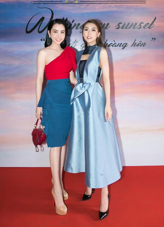 Hai hoa hậu cùng khoe dáng trong trang phục có tông màu bắt mắt. Trong chương trình thời trang sắp tới, cả hai cùng đảm nhận vai trò first face cho các màn trình diễn.