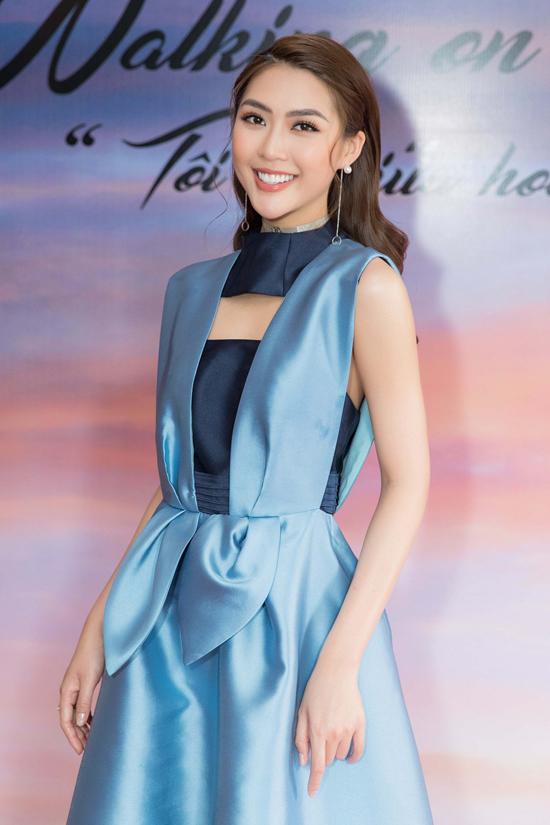 Tường Linh dù bận rộn chuẩn bị cho cuộc thi Hoa hậu Bản sắc Việt toàn cầu vẫn đến với buổi công bố fashion show.