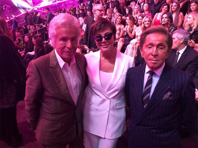 Bà Kris gặp gỡ hai nhà thiết kế thời trang Italy, Giancarlo Giammetti và Valentino Garavani tại show diễn này.