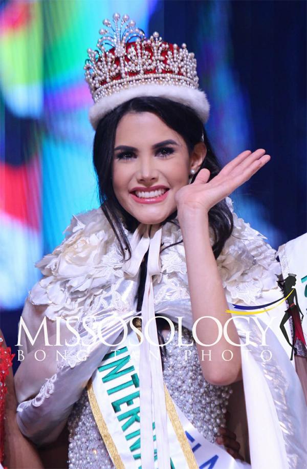 Người đẹp Venezuela vừa giành chiến thắngtrong đêm chung kết Miss International 2018 tại Nhật Bản vào chiều 9/11, vượt qua 76 thí sinh khác đến từ khắpthế giới. Trong giây phút đăng quang sau 5 tiếngdiễn ra chung kết, cô vẫn giữ được thần thái tươi tắnvà tỏa sáng với nụ cười rạng rỡ.