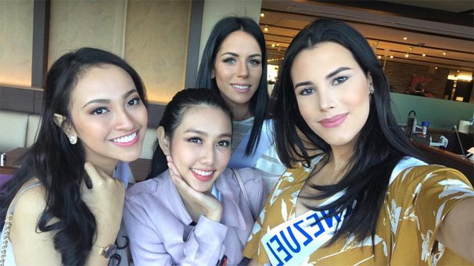 Tân hoa hậu thân thiết bên người đẹp Việt Nam, Nguyễn Thúc Thùy Tiên (ở giữa) và các thí sinh Indonesia, Tây Ban Nha.