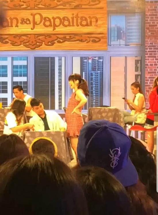 Bụng bầu của ngôi sao Philippines lớn rõ, khi cô dự một chương trình hồi tháng 10.